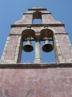 kerktoren in een verlaten dorp noord corfu - Foto van Dirk Verschoore